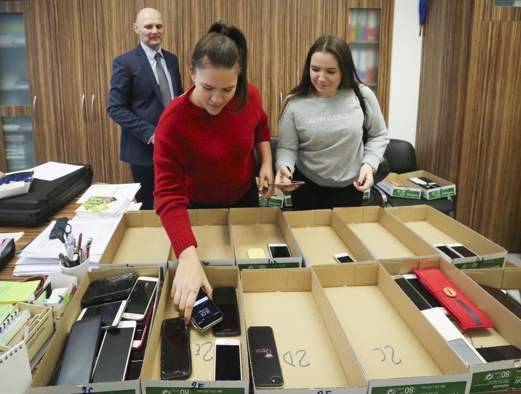 FOTO:Dijaki prostovoljno pustili telefone pri ravnatelju
