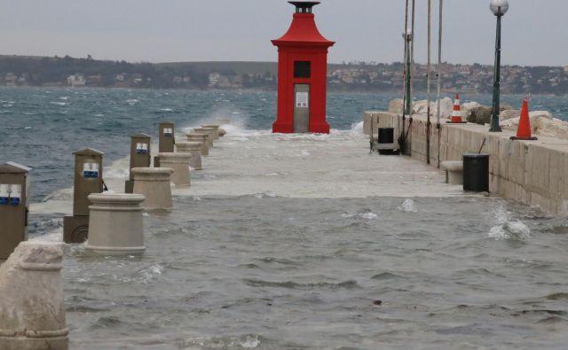 Ob jutranji plimi je morje doseglo višino okoli 20 centimetrov nad obalno črto in poplavilo izpostavljene dele obale. (Fotografija je simbolična.) FOTO: Dokumentacija Dela