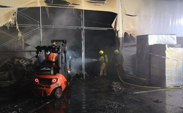 V bližini ognja so bile jeklenkehelija, argona, etilena, ogljikovega dioksida, kisika, stargona in stisnjenega zraka. FOTO: PGD Škofja Loka