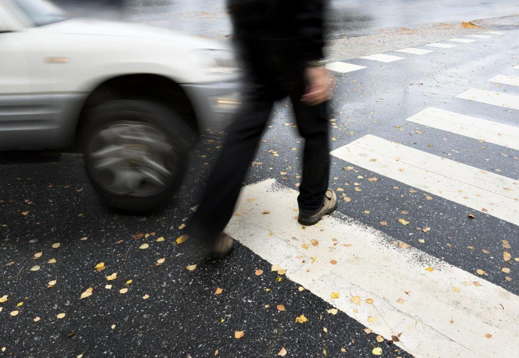 Na prehodu za pešce do smrti zbil 28-letnika, ki je cesto prečkal pri rdeči luči