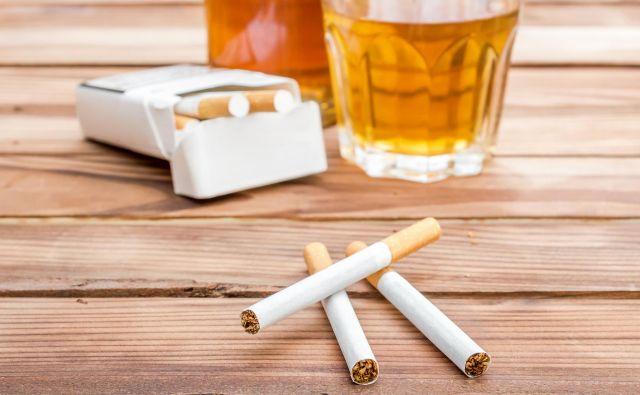 Kajenje in pitje alkohola povečujeta tveganje za nastanek številnih vrst raka. Foto Ligorko Getty Images/istockphoto