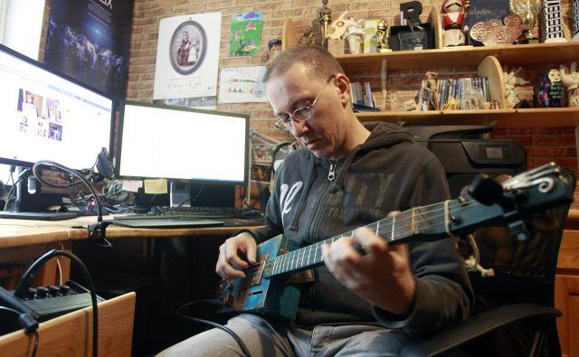 Dušan Kastelic se rad sprosti ob igranju unikatnih kitar. Foto Roman Šipić