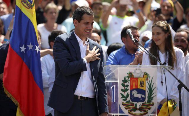 Vodja venezuelske opozicije in prehodni predsednik države Juan Guaidó med sobotnimi protivladnimi protesti v Caracasu. FOTO: Reuters/Andres Martinez
