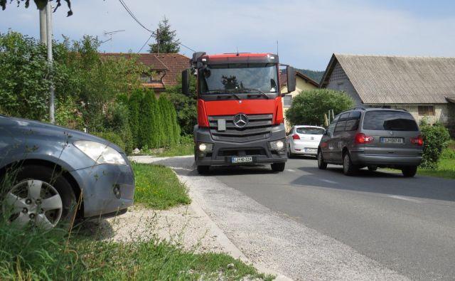 Z domačega dvorišča se je nevarno vključiti v promet. FOTO: Bojan Rajšek/Delo