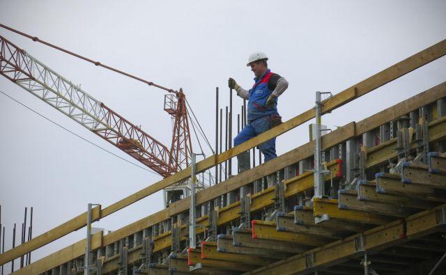 Republiški stanovanjski sklad je na Novem Brdu ustavil gradnjo 498 stanovanj. FOTO: Jože Suhadolnik/Delo