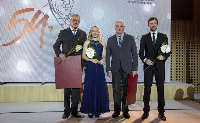 Letošnja dobitnika Bloudkove nagrade za življenjsko delo Adi Urnaut (levo) in Drago Bunčič (drugi z desne) sta lahko zgled za športna delavca, predana športnim vrednotam. Za športne dosežke sta bila nagrajena še Janja Garnbret in Jakov Fak. FOTO: Tomi Lombar/Delo