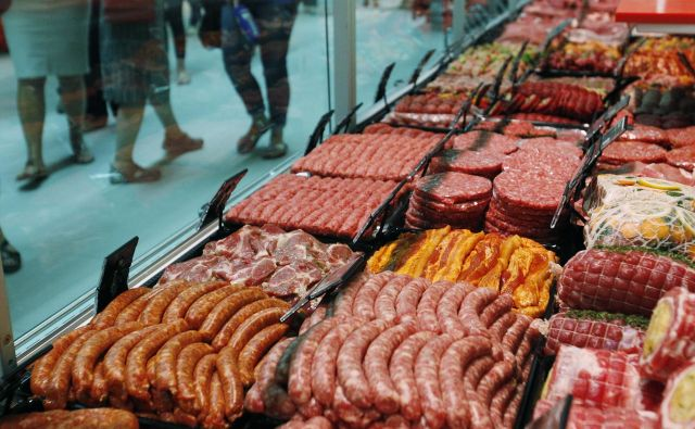 Poleg javne objave uvoznikov spornega mesa si v zadružni zvezi želijo spremembe javnega naročanja. FOTO: Leon Vidic/Delo
