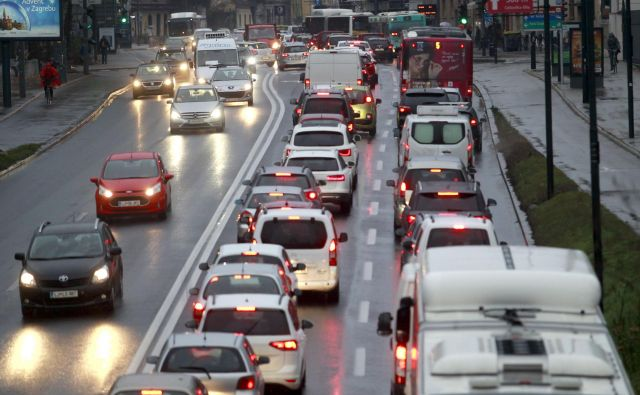 Promet je v Ljubljani prvi onesnaževalec s sajami in dušikovimi oksidi. FOTO: Roman Šipić/Delo