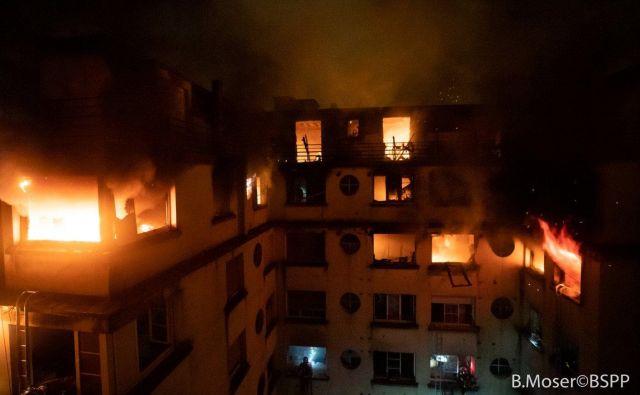 Zagorela je večnadstropna stavba v bližini parka Bolonjski gozd. FOTO: Reuters