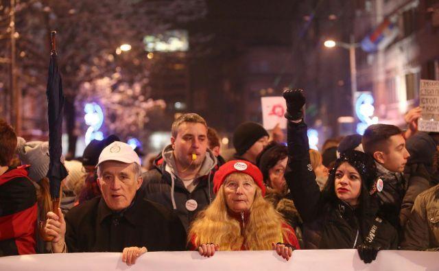 Beograjski sobotni protesti so vse bolj množični in se širijo v druga srbska mesta. FOTO: Djordje Kojadinović/Reuters