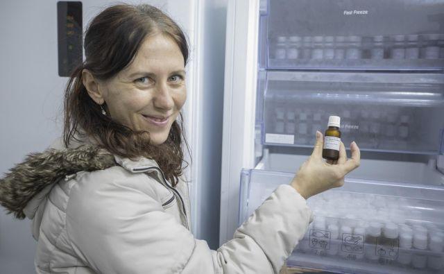 S shrambo v hladilnikih in zamrzovalnikih podaljšajo dolgoživost semen, je pojasnila raziskovalka Blanka Ravnjak iz Botaničnega vrta Univerze v Ljubljani. FOTO: Voranc Vogel