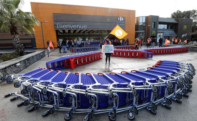 Nekateri potrošniki nočejo več v velika nakupovališča. FOTO: Reuters