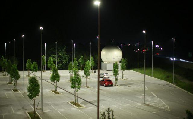Na parkirišču P+ R na Barjanski cesti je bilo lani parkiranih skoraj 59 tisoč vozil, največ čez dan, ponoči pa pakirišče sameva. Foto Jure Eržen