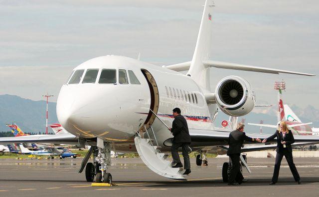 Vladno letalo Falcon je od leta 2009, odkar je spet v Sloveniji, servisiralo kar nekaj tujih družb. FOTO: Roman Šipić