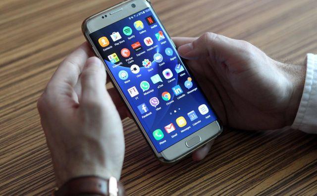Nova mobilna aplikacija je zelo priporočljiva tudi za starejše, saj bodo tako bolje in hitreje informirani o svojih obveznostih in pravicah, obvestila finančne uprave bodo namreč prejemali neposredno na svoj mobilni telefon, pravijo na Fursu. Foto Igor Mali