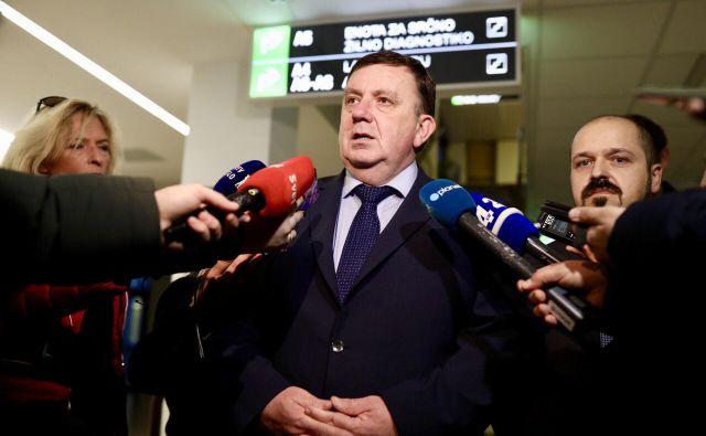 Minister Fakin je napovedal, da bi lahko zaradi pomanjkanja domačih zdravnikov na stežaj odprli vrata tujim. V kolikšnem času bi rešili to težavo? Fakin meni, da v enem letu, kolikor po njegovem zdravniki iz nekdanjih jugoslovanskih republik potrebujejo, da se naučijo slovenskega jezika. FOTO Voranc Vogel/Delo