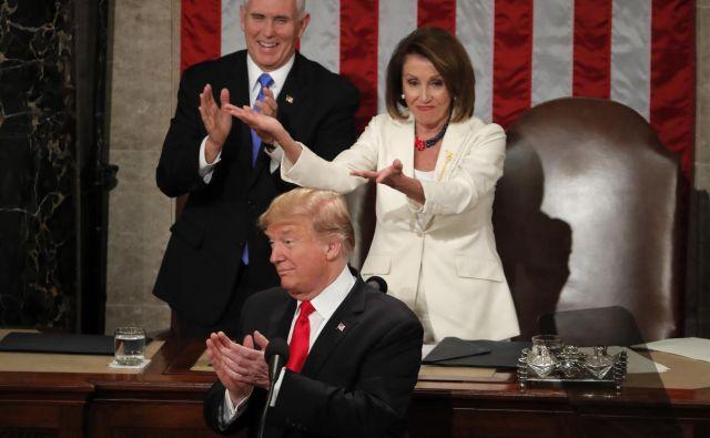 Vodja demokratske večine v spodnjem domu Nancy Pelosi je ves čas mirila svoje kongresnike, medtem ko je podpredsednik Mike Pence kot uradni vodja senata skoraj neopazno spremljal nastop Donalda Trumpa. FOTO Reuters