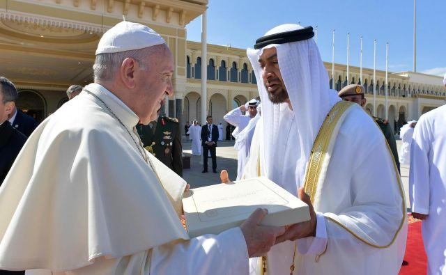 Papež Frančišek je abudabijskemu princu šejku Mohamedu bin Zajedu al Nahjanu izročil dokument o bratstvu. FOTO AFP