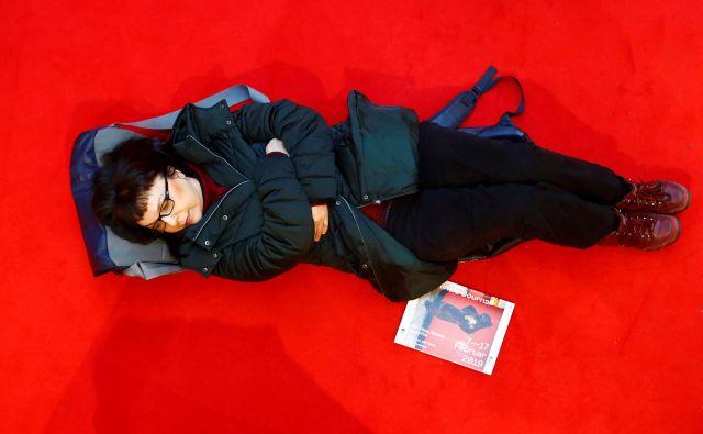 Za festivalske vstopnice je bilo treba na rdeči preprogi prespati kakšno noč. FOTO: Reuters