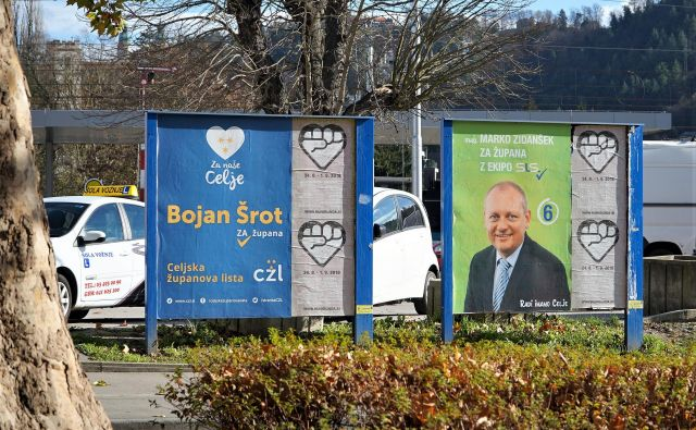 Plakata Šrotove Celjske županove liste in Zidanškove SLS ob celjski železniški postaji na nedovoljenih plakatnih mestih podjetja Premena novembra lani med predvolilno kampanjo FOTO: Brane Piano