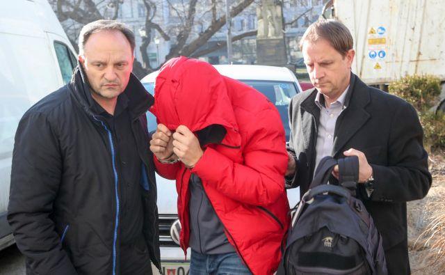 Kolegi so kriminalista Lavrinca privedli pred obličje pravice. FOTO: Marko Feist