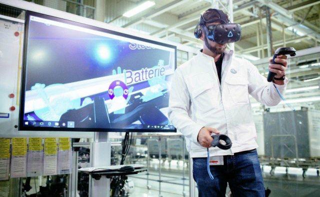 Zaposleni v Volkswagnovi tovarni v Zwickauu se z virtualnimi očali seznanja z bodočo proizvodnjo električnih vozil. FOTO: Volkswagen