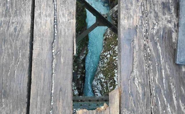 Hudičev most stoji 60 metrov nad reko Tolminko. Foto Blaž Močnik