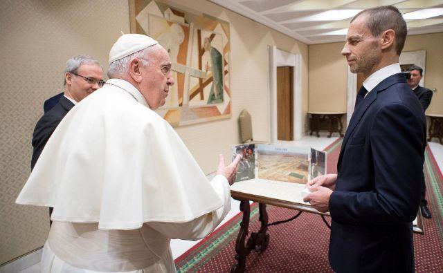 Aleksander Čeferin je dan pred Uefinim kongresom sprejel vabilo za obisk papeža Frančiška, ki je strasten navijač in odličen poznavalec nogometa. FOTO: Reuters