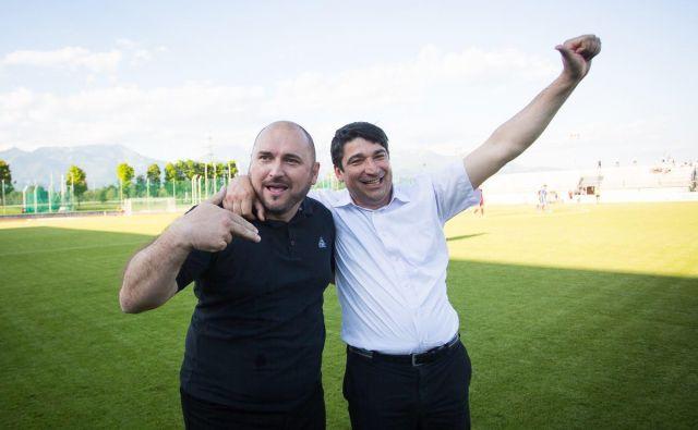 Predsednik NK Triglav Beno Fekonja (desno) in športni direktor Siniša Brkić imata v rokah škarje in platno gorenjskega nogometnega prvoligaša. FOTO: NK Triglav