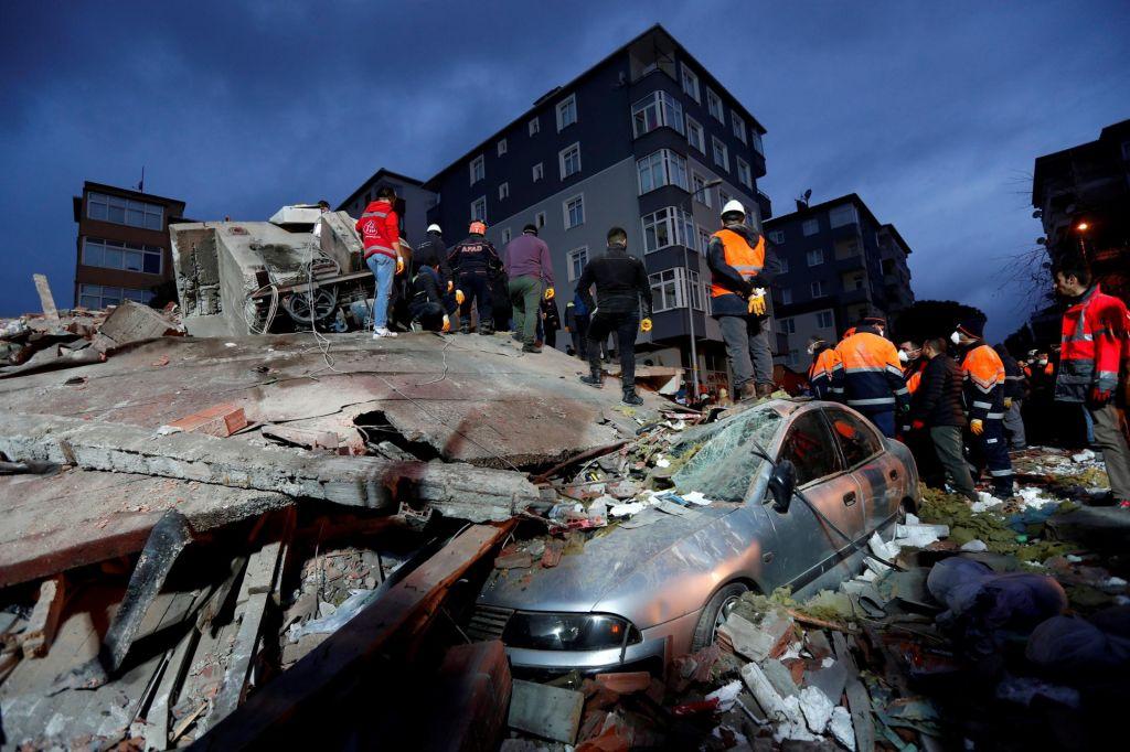 FOTO:V zrušenju osemnadstropnega bloka v Istanbulu najmanj dve smrtni žrtvi