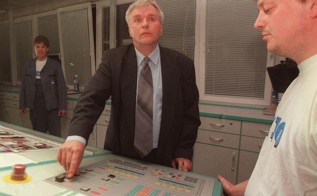 Ivo Oman, takratni tehnični direktor Dela, zaganja rotacijo v novem tiskarskem središču ob 40. obletnici Dela. Foto Blaž Samec