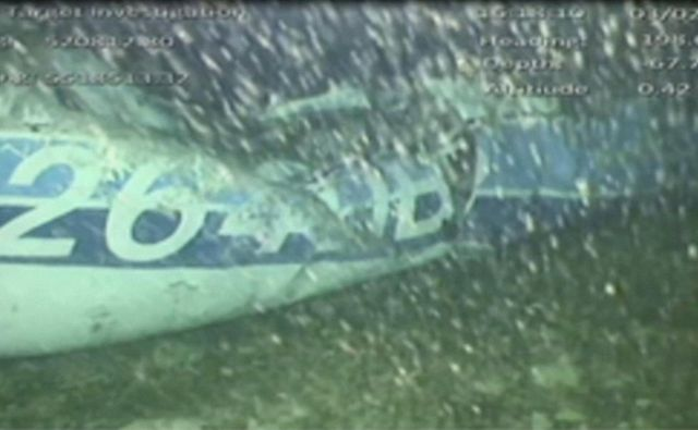 Letalo, na nakaterem sta bila nogometaš Emiliano Sala in pilot David Ibbotson, so reševalci našli 67 metrov pod morsko gladino. FOTO: Reuters