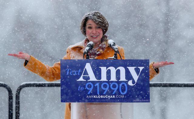Amy Klobuchar je kljub temperaturam precej pod ničlo z vstopom v predsedniško tekmo razgrela privržence v domači Minnesoti. FOTO: Eric Miller/Reuters