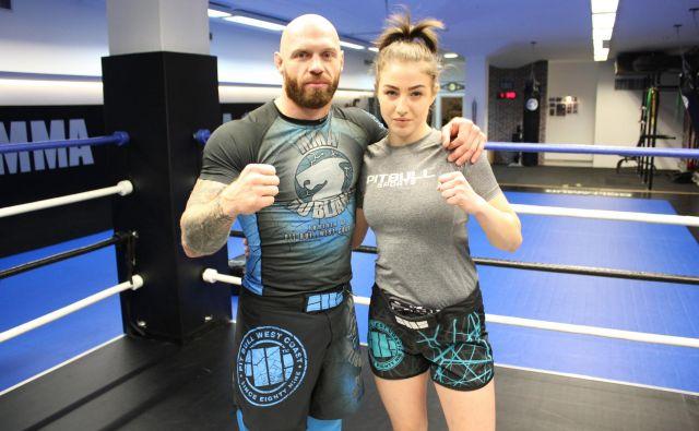 Neja Uranič (na fotografiji s svojim trenerjem Bojanom Kosednarjem) ima velike cilje v mešanih borilnih športih. FOTO: WFC