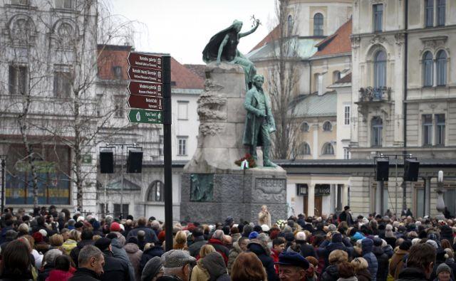 Združenje dramskih umetnikov se je Prešernu kot vsako leto poklonilo ob njegovem spomeniku na ljubljanskem Tromostovju. Foto Matej Družnik