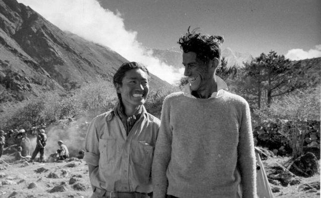 Sir Edmund Hillary in šerpa Tenzing Norgay nasmejana po uspešnem vzponu na najvišjo goro sveta. FOTO: Reuters