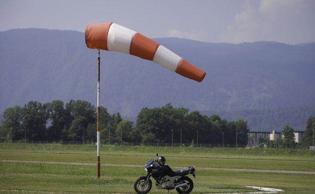 Vremenska postaja Letališče Lesce je ob 17. uri izmerila najvišji sunek 93 kilometrov na uro. FOTO: Jože Suhadolnik