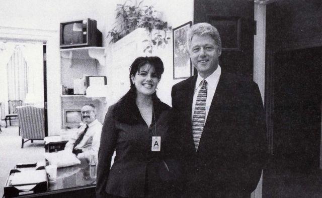 Bill Clinton in pripravnica Monika Lewinsky, preden je njun nespodobni odnos zamajal Belo hišo. FOTO: Reuters