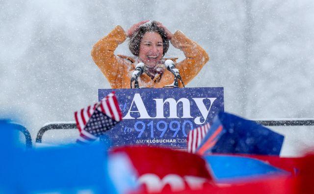 Amy Klobuchar je zbrane nagovorile med snežnim metežem. FOTO: Eric Miller/Reuters
