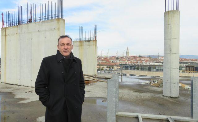 Ante Guberac na gradbišču Solisa, ki se razteza na 14.000 kvadratnih metrih tlorisne površine, pri vhodu v koprsko mestno središče. Foto Nataša Čepar