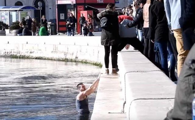 Vsi napadeni so izpostavili, da jim sredi belega dne kljub množici na Rivi ni želel nihče priskočiti na pomoč. FOTO: Kurir