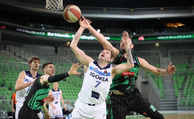 Sava Lešić (št. 7) je pred leti nosil Olimpijin dres, Marko Luković (levo) pa Krkinega, toda včeraj se nista naigrala v Stožicah. FOTO: ABA
