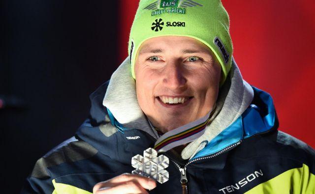 Štefan Hadalin se je ponosno okitil s srebrom. FOTO: Jonathan Nackstrand/AFP