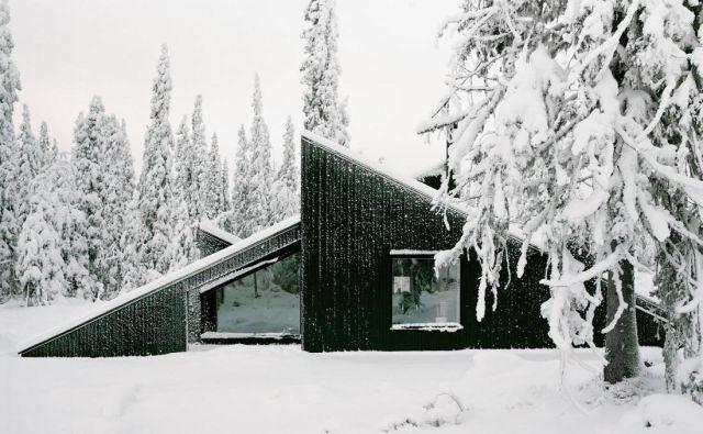 Moderna lesena koča Vindheim v Lillehammerju ima tudi zabavno plat - arhitekti so namreč predvideli, da se po zasneženi strehi lahko lastniki spustijo kot po smučarski skakalnici ali toboganu. Foto Rasmus Norlander