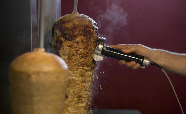 Kebab iz Poljske, v katerem so našli salmonelo in ostanke zdravila ketoprofen, po zagotovili uprave za varno hrano ni prišel do slovenskih potrošnikov. FOTO: Voranc Vogel
