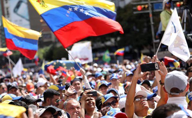 Podporniki opozicije so na ulicah Caracasa in drugod po državi ponovno zahtevali svobodno Venezuelo in konec »uzurpacije« oblasti predsednika Nicolása Madura. FOTO: Reuters