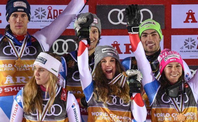 Švica je s svetovnega prestola sklatila Francijo in zlatu z olimpijskih iger dodala še s svetovnega prvenstva na Švedskem. FOTO: AFP