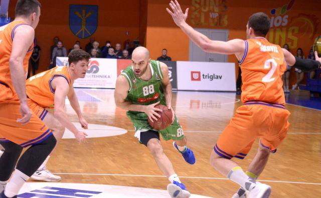 Heliosova obramba je ustavila tudi Olimpijinega povratnika Bobana Tomića (z žogo). FOTO: Petrol Olimpija