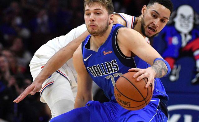 Luka Dončić bo v Charlottu združil moči z najboljšim novincem prejšnje sezone v ligi NBA, 208 cm visokim branilcem Benom Simmonsom (v ozadju). FOTO: USA Today