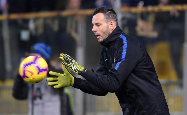 Samir Handanović si je nadel Interjev kapetanski trak. FOTO: Alberto Lingria/Reuters